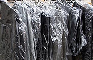 汚れ等があるお洋服はまずクリーニングへ出します。