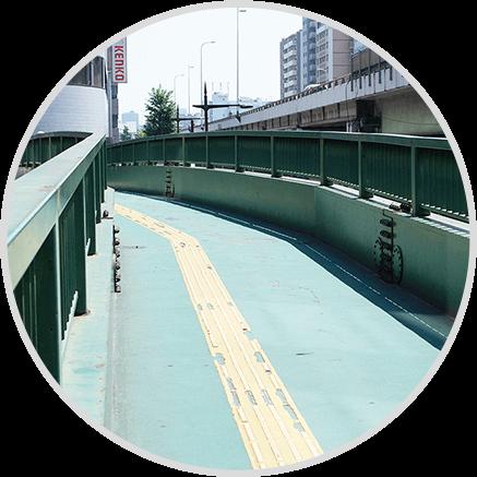 7番出口から歩道橋を渡ります。
